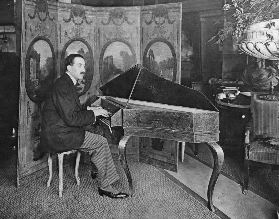 Marcel Salomon jouant l'épinette de Delin