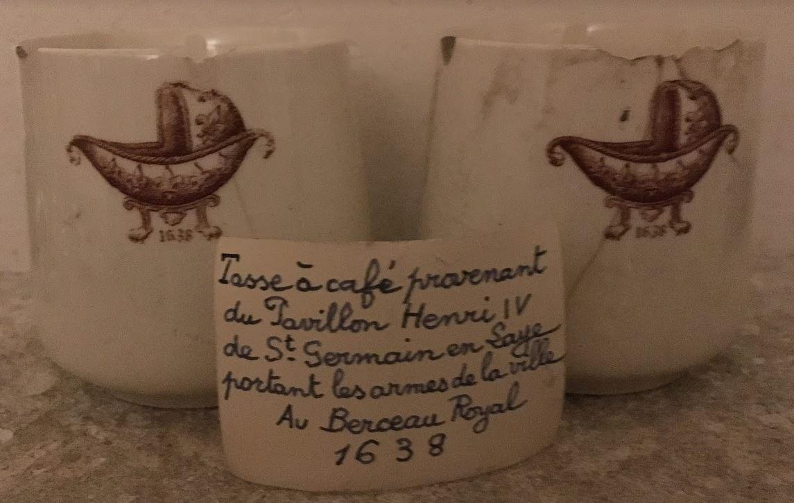 tasses à café provenant du Pavillon Henri IV de St Germain en Laye portant les armes de la ville Au Berceau Royal 1638